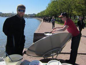 Aurinkolettuja paistamassa pj Atte Wahlström ja vara-pj Jouko Niemi